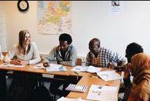 Werkbezoek Hare Majesteit Koningin Máxima aan Taal aan Zee (10 juni 2016) / Het team van Taal aan Zee is zeer trots en vereerd dat Hare Majesteit Koningin Máxima en burgemeester Van Aartsen op vrijdag 10 juni 2016 een werkbezoek brachten aan onze stichting Taal aan Zee in Den Haag. We zien het als een erkenning voor het werk dat onze vrijwilligers belangeloos doen voor vluchtelingen, asielzoekers en geïsoleerde anderstalige vrouwen.