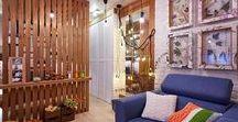 Проект комнаты в скандинавском стиле / Комната получилась по-настоящему рукотворной: вязаное изголовье кровати, дизайнерский светильник, форточки с гербарием, даже старые хозяйские стулья выглядят иначе! И всё – в модном скандинавском стиле: с теплом, простотой и комфортом. А как много дерева!а настоящий массив термообработанной сосны с красивой текстурой и ярким янтарным цветом сразу привлекающим внимание.