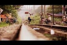 """Des trains pas comme les autres / """"Des Trains pas comme les autres"""" est une série documentaire dont le concept est de présenter à chaque épisode un ou plusieurs pays à travers un parcours sur les lignes ferroviaires nationales. D'étape en étape, on découvre des trains insolites, archaïques ou ultramodernes, tortillards de campagne ou palaces roulants, sur des parcours minuscules ou immenses, mais aussi l'histoire, la culture et le peuple de chaque pays."""
