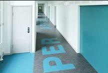 DLW intarsien / https://oxomi.com/p/2024787 Intarsien sind ebenso wie umlaufende Bodenfriese Einlegearbeiten und ein gestalterisches Element, um Bereiche von Bodenbelägen optisch hervorzuheben. Sie entstehen durch passgenaues Schneiden von Ornamenten, Bildern oder Logos in zwei- oder mehr-farbverschiedenen Belägen.
