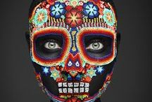 <> Fête des morts dans le monde <> / A l'occasion de la Toussaint,  Picthema vous fait découvrir les célébrations de la fête des morts aux quatre coins du monde. Vous verrez qu'en fonction des pays, les traditions changent et cette célébration des morts peut se faire dans la joie et la bonne humeur !