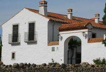 Cortijo Palomar de la Morra / Cortijo construido en 1898 y situado en la zona norte de la provincia de Córdoba. Se puede ver pastando libremente al cerdo ibérico, a la oveja merina y a la vaca retinta.