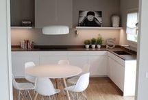 Cuisine Blanche laqué, plan noir / Tableau dédié à un chantier client, vous y trouverez mes inspirations pour ce projet : Rénovation d'une cuisine en blanc laqué, plan de travail granit noir. Création d'une verrière d'atelier.