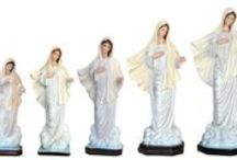 STATUE - La statua della Madonna di Medjugorje / LE STATUE DELLA MADONNA DI MEDJUGORJE  Splendide statue interamente realizzate e decorate a mano; Da 30 a 160 cm di altezza; In gesso, in resina e in vetroresina; Con occhi dipinti o occhi di cristallo; Per interni e per esterni;  Fino al 31 maggio 2014 la SPEDIZIONE è GRATUITA!  La collezione completa è disponibile al link quì sotto  http://www.ovunqueproteggimi.com/collezione-statue/madonne/medjugorje/