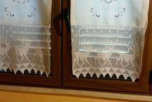 Curtains / Tende e tendine con pizzi lavorati all' uncinetto.