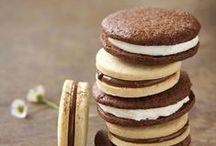 Recettes de biscuits & petits gâteaux / Cookie & cake recipes / Pour régaler petits et grands gourmands à l'heure du goûter, faites le plein d'idées de recettes de petits gâteaux et biscuits. Vous avez le droit de craquer pour l'une de ces mignardises : cupcakes, brownies, sablés, madeleines, cookies, muffins, barres de céréales, etc… Découvrez toutes nos recettes faciles sur régal.fr.