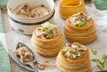 """Spécialités de la Franche-Comté / Vous aimez les spécialités culinaires françaises, et vous souhaitez découvrir et tester des recettes régionales ? Découvrez notre tableau """"Spécialités de la Franche-Comté"""" avec nos épingles de plats et desserts gourmands. Au menu : poularde de Bresse, morilles, soufflés au comté, gougères, galette bressane, tarte au fromage blanc, raisins rouges, vol-au-vent, etc... Un régal !"""