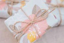 Köszönő ajándékok // Favor gifts / Egy kis csomaggal, néhány finom falattal illik meglepni a vendégsereget is. Hogy ne legyen unalmas vagy elcsépelt az ajándék, mutatunk néhány igazán különleges köszönő ajándékot! // #pack #guest #wedding #gift #favor #favorgift