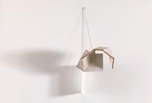 Paul Wallach / Les sculptures de Paul Wallach sont exemptes de narration. Avec une grande économie de moyens, elles naissent d'un point dynamique à partir du mur et se déploient dans l'espace, comme en suspension, afin de dialoguer avec lui. Après une longue observation, les matériaux, totalement hétérogènes - bois, plâtre, tissu, métal et verre - prennent une cohésion qui crée l'unité de l'œuvre.