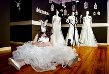 De Bruidssalon / Alice in Wedding Wonderland  Wij zijn voor onze fotoshoot geïnspireerd geraakt door het boek van Lewis Caroll : Alice in Wonderland en wij hebben daar Alice in Wedding Wonderland van gemaakt. Van daaruit hebben wij een fotosessie gemaakt met dit thema als uitgangspunt. Als je op zoek bent naar inspiratie geven wij jou alvast een aanzet voor je jurk en voor je bruiloft. Want iedere bruiloft is uniek.