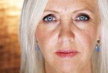 Rhonda Byrne / Az ausztráliai tévéproducer – Rhona Byrne – 2004-ben átélt lelki és érzelmi összeomlása karrierje csúcssikeréhez vezetett. A Titok (The Secret) című film nagy port kavart fel az interneten, és könyvformában is hatalmas sikert arat a világon mindenhol.  Rhonda Byrne könyvei: Rhonda Byrne A Titok című filmmel kezdte útját, amelyet milliók láttak világszerte. A filmet A Titok című könyv követte, amely szintén világsiker lett; 47 nyelvre fordították le, és több mint 20 millió példányban jelent meg.