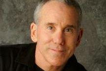 """Dan Millman / Világbajnok tornász, edző, harcművészet-oktató, főiskolai tanár, valamint számos sikeres """"önsegítő"""" könyv szerzője."""