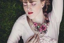 Feminin stil/ Feminine style / - sensuell; - romantisk; - sofistikert; - blomstermønster; - sløyfer; - blonder; - myke og bevegelige stoffer; - undertøy med blonder, sløyfer og blomster