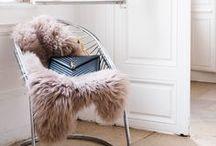 """Déco_Peau de mouton - / Le Bazar des poupées Russes vous invite à découvrir l'univers cosy des intérieurs des pays Baltes grâce à une jolie collection de peaux de moutons.   Notre tannerie familiale située en Pologne, à pour vocation de mettre en avant cette matière noble et naturelle que nous travaillons depuis des années.  La """"MILA"""" est une peau de mouton décorative très épaisse!   Nous travaillons dans le respect de la nature grâce à la technique de l'upcycing."""