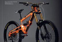 自転車 / オレンジ色マウンテンでダウンヒルします。