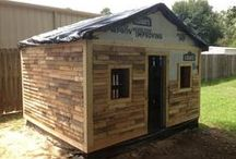 DIY Pallet Shed / Looking to make a shed from wooden pallets to save on costs and to also be sustainable and green? Here's is some inspiration for you.