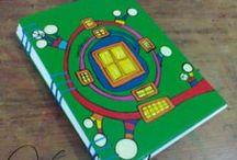 Cuadernos Artesanales / Cuadernos tamaño A5 (15cm x 21cm) Tapa dura, de cartón pintadas a mano en su integridad con varias capa de barniz para proteger el dibujo. 104 hojas lisas de papel de 80g/m2