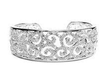 Bracelets manchette mariage / Bracelets mariage manchette cristal tendance pour un look précieux ou vintage.  Beaucoup de succès pour les bracelets mariage perles pour les mariées romantiques ou classiques.  Bracelet de mariage diamante pour mariées sophistiquées