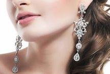Boucles d'oreilles chandelier / Boucle d'oreilles de mariée Chandelier. Vous apprécierez la forme longue de ces boucles d'oreilles de mariage élégantes et très tendances. Ces bijoux de mariage seront l'atout glamour de la mariée moderne ou vintage avec des formes originales qui mettront en valeur votre visage, maquillage ou coiffure.