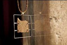 en construcció (Poblenou) Barcelona / Espacio de venta de objetos de artistas de Barcelona en pequeño formato. Taller de diseño y fabricación de joyeria contemporanea