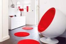 Klasyk: Ball Chair (1963) / Ball Chair inspirowany projektem Eero Aarnio to fotel, który mimo tego iż powstał w 1966 roku jest nadal jednym z bardziej futurystycznych i modnych elementów wyposażenia pokoju. Siadając w fotelu, nawet w najbardziej zatłoczonym i głośnym pomieszczeniu odcinamy się od całego zgiełku z zewnątrz.