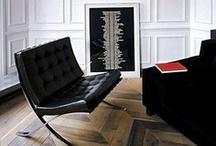 """Klasyk: Fotel Barcelona (1929) / Fotel Barcelona do dziś uznawany jest przez czołowych architektów z całego świata za top design wyposażenia. Doskonale sprawdzi się jako nowoczesne meble do recepcyjnych wnętrz, jako nowoczesny fotel do luksusowych apartamentów. Koncepcja fotela jest prosta - dwa płaskie stalowe chromowane pręty tworzące kształt litery """"X"""" połączono poprzeczkami w dwóch miejscach. Dodano plecionkę z szerokich skórzanych pasów i poduszki obite naturalną skórą, stanowiące siedzenie i oparcie."""