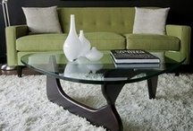 Klasyk: Stolik kawowy Noguchi / Noguchi zaprojektował pierwsza wersję tego stolika ze szklanym blatem spoczywającym na połączonych ze sobą palisandrowych nóżkach do prywatnej rezydencji prezydenta MoMA, A. Congera Goodyeara, w latach 30-tych XX wieku. Dziś stolik ten jest uważany za jeden z najlepiej znanych projektów Noguchiego. Sam Noguchi określił Coffe Table mianem jego najlepszego projektu mebla, bez wątpienia dlatego, że niezwykle przypomina on jego rzeźby z brązu i marmuru z tamtego okresu.
