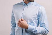 Niebieska koszula wykonana z popeliny / Tkanina ma ciekawą, widoczną fakturę. Kontrastowa wstawka z przodu została wykonana z Twill'u.  Kołnierz wąski, kryte zapięcie na guziki.. Elementem charakterystycznym jest odcięcie z obniżoną, dużą kieszenią.  100% bawełna Popelina