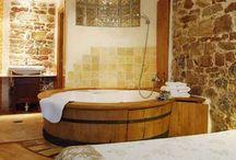 """JACUZZIS. / Convierte tu baño o terraza en un spa con jacuzzis de diseño """"romano"""", rústicos o minimalistas mini-piscinas.Si te encantan los baños relajantes y disfrutar de un rato de tranquilidad en bañeras hidromasaje, ésta es nuestra propuesta de decoración de interiores: los jacuzzis. Perfectos para baños espaciosos."""