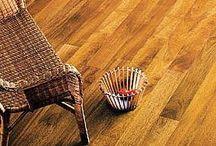 Parquet rústico. / La madera es uno de los pavimentos más utilizados hoy en día. En el mercado existen una gran variedad de suelos de madera, ya sea de parqué o tarima. A la hora de decorar nuestro hogar, el suelo es uno de los elementos fundamentales. La madera, el suelo más común,da calidez y dependiendo del tipo de madera que escojamos podremos darle un aire más clásico o más moderno.En las casas españolas, uno de los revestimientos más utilizados es la madera.Podemos encontrar múltiples variantes, pero las más