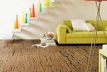 Suelo de corcho. / El pavimento de corcho crea un ambiente acogedor, tranquilo y relajante en el hogar. Los suelos de este material son cálidos para los pies y actúan como aislamiento: amortiguan el ruido ambiental y proporcionan un alivio para las articulaciones y la columna vertebral.  El corcho es uno de los materiales más nobles de la naturaleza y está cada vez más en boga en el mundo del diseño de interiores.