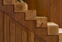 Escaleras de madera. / Las escaleras se conciben e imaginan con una visión amplia de estructuras y detalles de terminación para luego diseñarlas. Pero cada escalera debe ajustarse e integrarse al diseño de la casa, o de otro modo, aportar un elemento original al ambiente, mientras guarda funcionalidad para subir y baja de una a otra planta en la casa. Para hacer una escalera diferente se conjugan varias habilidades y elementos: creatividad, diseño,técnicas, materiales y estética.