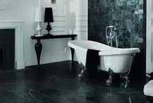 Bañeras con estilo. / Aunque cada vez se ven menos bañeras en los baños modernos, hay quien no es capaz de prescindir de un buen baño de burbujas por muy pequeño que sea su cuarto de baño.