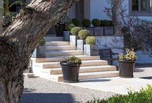 Jardines que acompanyan entrada principal.