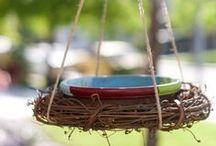Vogeltränken - Inspiration zum Nachmachen! / Nicht nur wir haben im Sommer einen besonders hohen Flüssigkeitsbedarf - auch Vögel benötigen Wasser! Helfen könnt ihr den Tieren, indem ihr Bade- und Trinkgelegenheiten anbietet. Und die werten als Dekoelement auch optisch euren Garten auf! Einige schöne Ideen zum Selbermachen haben wir hier für euch gesammelt.