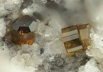 Osumilite-(Fe) -(Mg) 09.CM.05 / SILICATES (Germanates) | Cyclosilicates | Anneaux doubles de 6 tétraèdres [Si6O18]12 (sechser-Doppelringe) ► (K,Na)(Fe,Mg)2(Al,Fe)3(Si,Al)12O30
