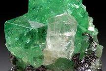 Tsavorite 09.AD.25 (Grossulaire) / nésosilicate de la famille des grenats alumineux sodiques : grossulaire riche en vanadium et en chrome