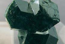 Uvarovite 09.AD.25 / SILICATES (Germanates) | Structures de Nésosilicates (tétraèdre d'isolement) | Nésosilicates avec anions non familiers ► Ca3Cr2(SiO4)3