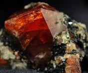 Zircon 09.AD.30 (Açorite, Jargon de Ceylan) / SILICATES (Germanates) | Structures de Nésosilicates (tétraèdre d'isolement) | Nésosilicates avec anions non familiers ► ZrSiO4