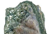 09.BE.05 Hennomartinite | Lawsonite / SILICATES (Germanates) | Structures de Sorosilicates (dimère) | groupes Si2O7, sans anions non-familiers ► SrMn2Si2O7(OH)2•(H2O) | CaAl2Si2O7(OH)2•(H2O)