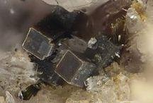 09.CH.10 Steacyite | Turkestanite / SILICATES (Germanates) | Cyclosilicates | Anneaux doubles de 4 tétraèdres [Si4O12]8 ► Th(Ca,Na)2(K1-x,[]x)Si8O20•n(H2O)