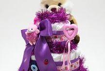 3 Katlı BEZ PASTA / 3 katlı bez pasta : Yumuk yumuk elleri, melek gülümsemesiyle bütün ailenin mutluluğu olan yeni bebeğin gelişini en güzel şekilde kutlamak ister misiniz? Pasta şeklinde paketlenmiş Prima bebek bezlerinden oluşan Bebek Bezi Pastası, sevdiklerinizi şaşırtacak, gülümsetecek ve oldukça faydalı bir yeni bebek hediyesidir. Siz de sevdiklerinizin bebek sevincini bu özel hediye ile paylaşmanın keyfini yaşayın!