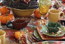 Mesa Arrumada / Uma mesa composta de pratos , copos e taças , talheres , guardanapos , centro de mesa com flores ou frutas , velas e castiçais , etc. , distribuídos adequadamente para servir refeições / café / chá / lanche .