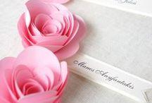 Winietki / Małe karteczki umożliwiające ludziom odnalezienie swojego miejsca przy stole weselnym :)