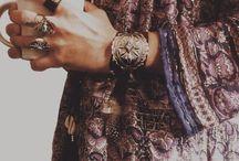 jewelry / Dans la vie, il n'y a pas que l'argent. Il y a aussi les fourrures et les bijoux.