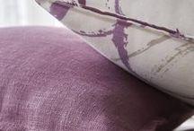 Romantic purple / Un tissu au motif fleuri XXL et plein de fraicheur, à associer selon vos envies aux couleurs parme et stone pour la douceur, ou à réveiller d'une touche de violine.
