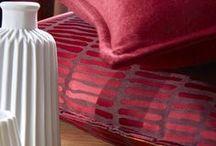 Christmas cocooning / Styling Red / Offrez-vous un intérieur cocoon et festif en associant les tissus Orya et Janero rouge à la richesse du velours Corto rubis!