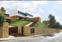 Project: Una casa con montaña / Vivienda realizada por Esculpir el Aire y situada en la ladera de una pequeña colina en Altea (Alicante), aprovechando la diagonal de la pendiente para crear trazas geométricas que dan acceso a la misma.