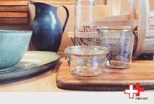 First Eet | Shop / We hebben een voorliefde voor robuuste en pure accessoires en een zwak voor vintage. Het zijn handige en mooie sfeermakers voor op tafel, maar ook in en om de keuken. In onze 'eetwinkel' vind je dan ook al onze favoriete producten: van tafelkleden, glaswerk, opbergblikken, glas- en poleerdoeken tot aardewerk en slimme keukenhulpjes.