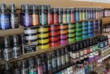 De kleurrijke winkel - 13 februari 2016 / De winkel is heel kleurrijk: inkt, verf, vilt, gelatos, papier, pailletjes, klei, stiften, kleurpotloden, garen, lint, bloemen.